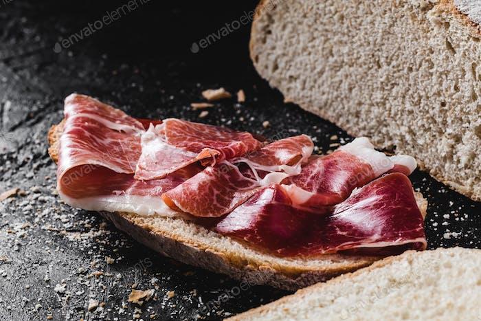 Scheibe Brot gewürzt mit Serrano-Schinken