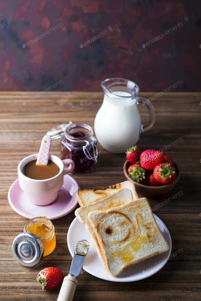 Frühstück mit Kaffee, Toast, Erdbeere und Marmelade