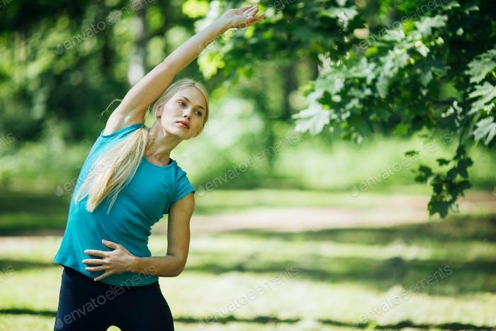Sport. Frau Naturporträt macht Übungen. Gesunder Lebensstil