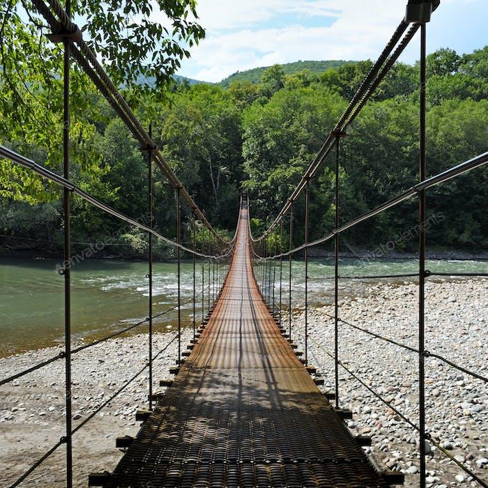 Hängebrücke durch den Fluss Belaya in Republik Adygea, Russland