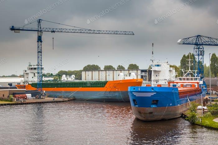 neue Binnenschiffe in einem Hafen