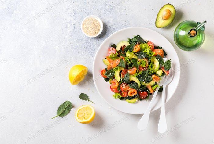 Lachssalat mit Vitaminen in Gemüse, Kräutern und Avocado