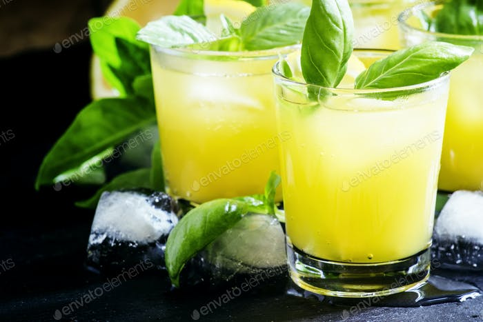 Cocktail Basil Smash mit grünem Basilikum, Gin, Zuckersirup, Zitronensaft und Eis