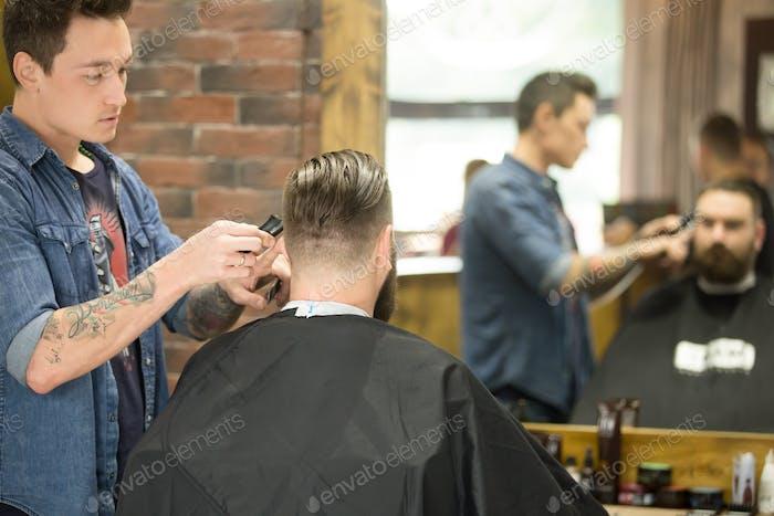 Trendiger Haarschnitt im Friseur