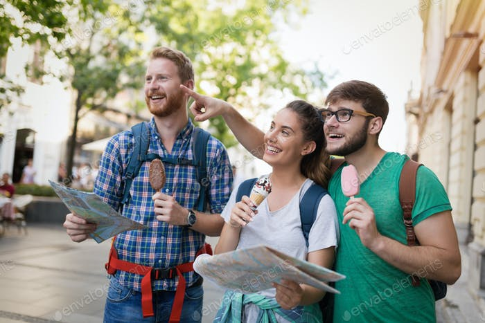 Glückliche Touristen reisen und Sightseeing