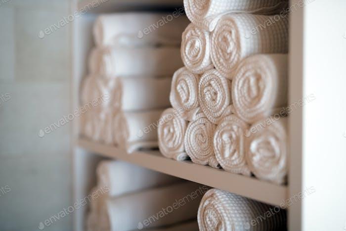 Weiße saubere Handtücher im Spa-Massageraum
