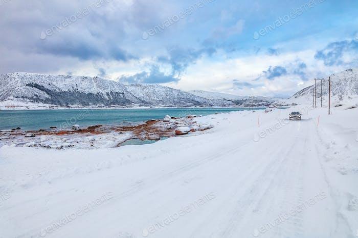 Fabelhafte verschneite Winterszene der Insel Vestvagoy mit schneebedeckten Berggipfeln auf Lofoten