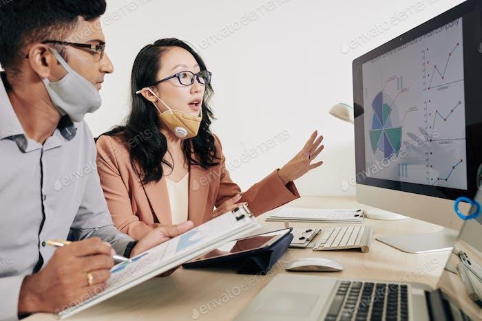 Geschäftsleute analysieren Vertriebsquellen