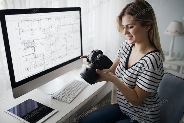 Bild der jungen weiblichen Designerin mit Kamera
