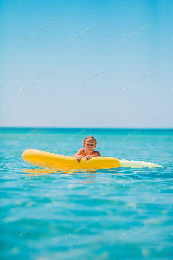 Adorable Mädchen auf aufblasbare Luftmatratze im Meer