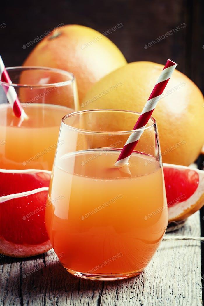 Grapefruitsaft und frische Zitrusfrüchte