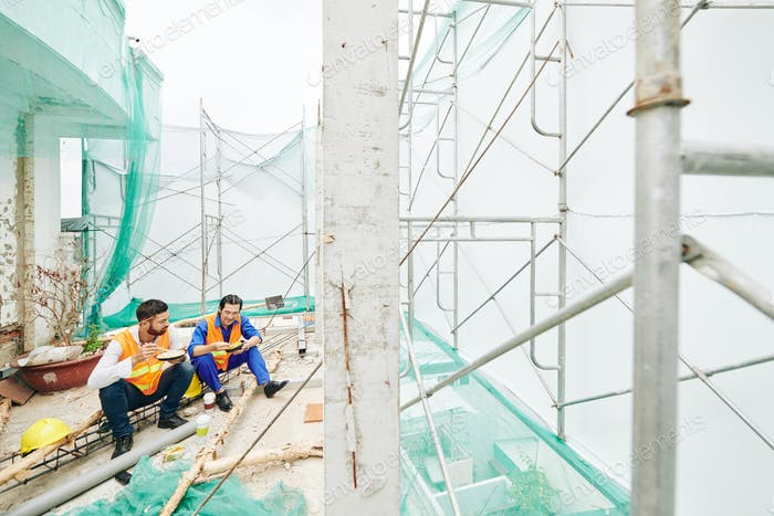 Construction workers eating lunch
