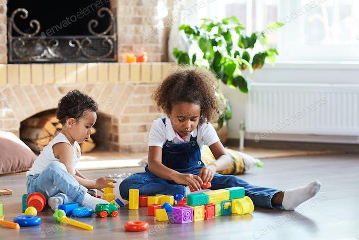 Geschwister spielen