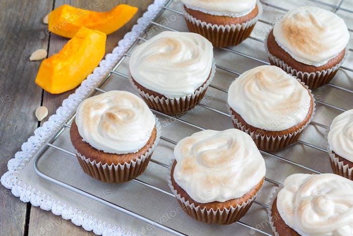 Hausgemachter Kürbis-Cupcake mit Baiser verziert