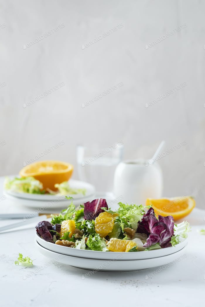 Salad with oranges and walnut