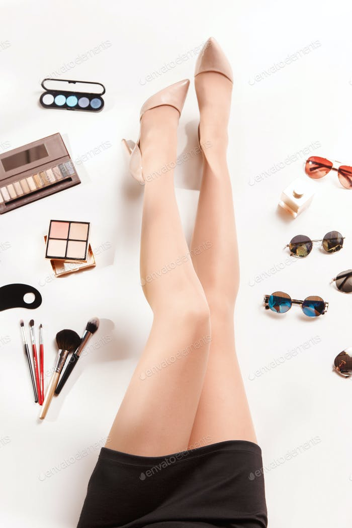 Frauen Beine und Sommer Mode stilvolle Accessoires Draufsicht
