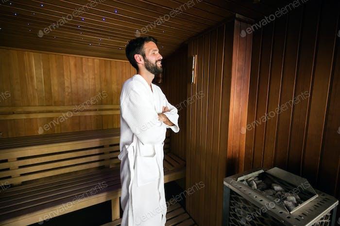 Mann genießt Sauna-Gesundheitsvorteile