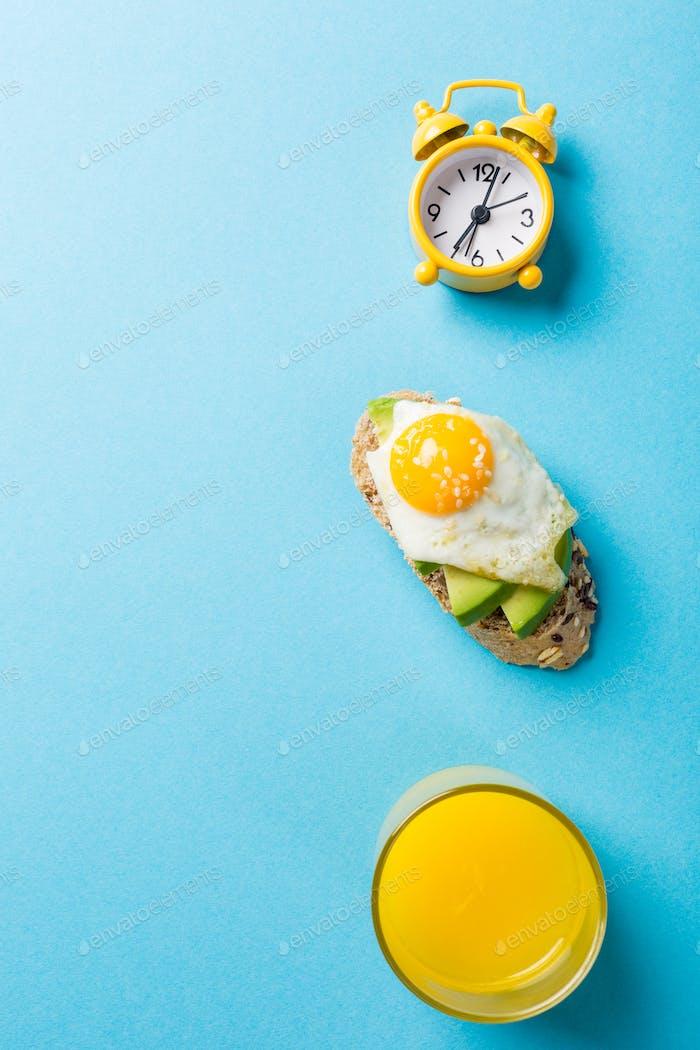 Gesundes Sandwich mit frischer Avocado und gebratenen Wachteleiern