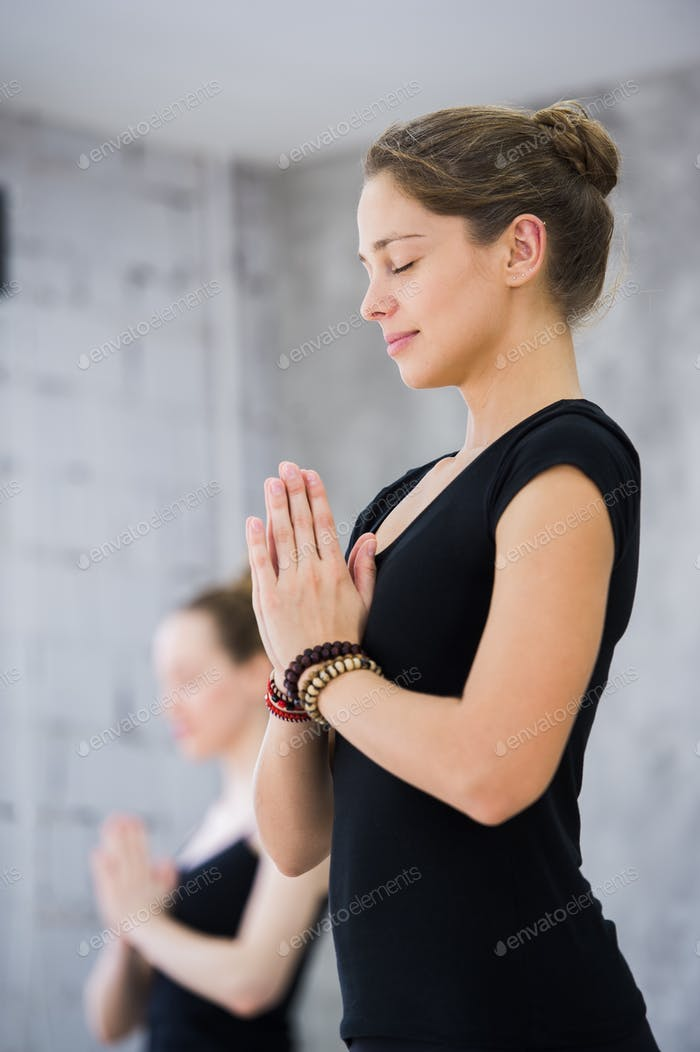 Zwei Frauen im Fitnessstudio, Entspannungsübung oder Yoga-Kurs