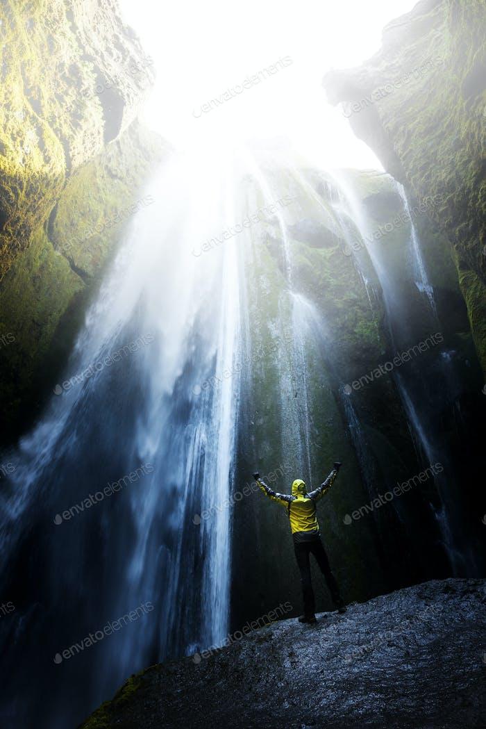 Mann in der Höhle