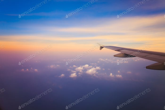 Flugzeug am Himmel bei Sonnenaufgang
