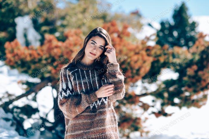 Junge Frau genießen die verschneiten Berge im Winter