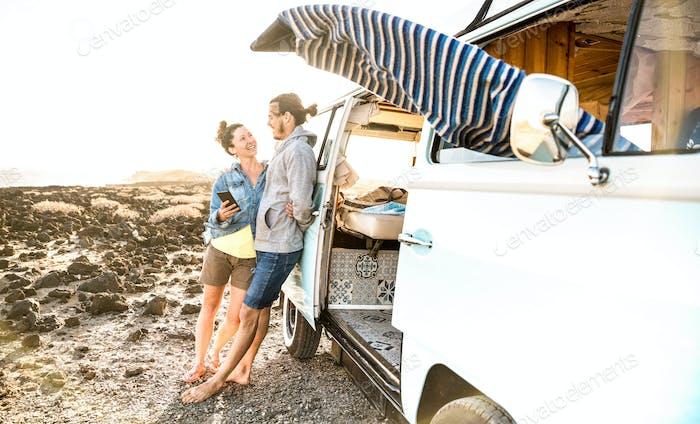 Junges Paar im Relax-Moment beim Vintage-Minivan-Roadtrip