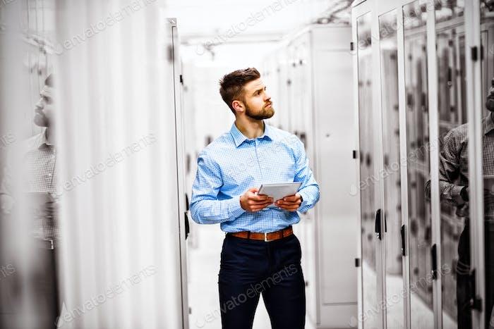 Techniker mit digitalem Tablet