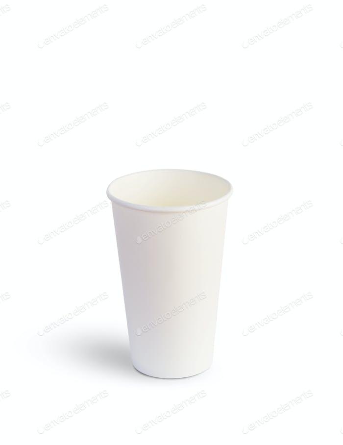 Vaso de papel blanco para bebidas aisladas sobre fondo blanco