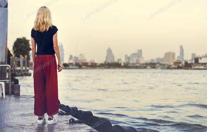 Frau Caucasian Traveler Entdecken River Dock Konzept