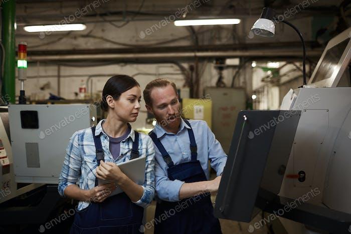 Ingenieure, die im Werk arbeiten