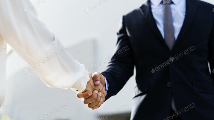 Gente de negocios estrechar la mano para un acuerdo