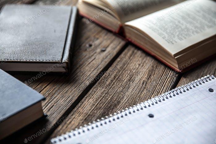 Geschäftskonzept, Ideen, Bücher und Schulheft auf Holzhintergrund mit Bleistiften