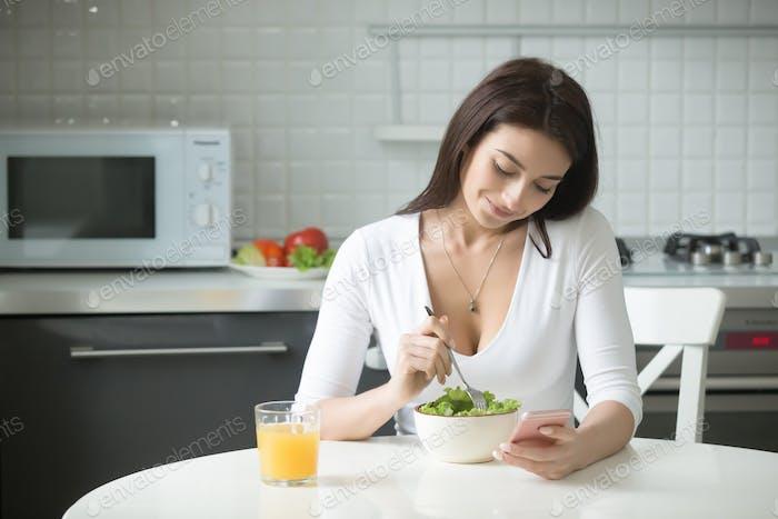 Vertical de una Mujer atractiva teniendo almuerzo saludable