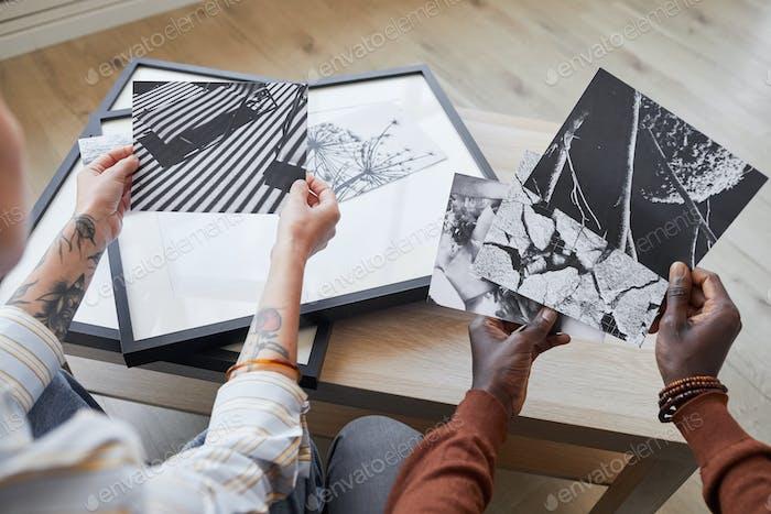 Menschen, die Kunstwerke auf Rahmen