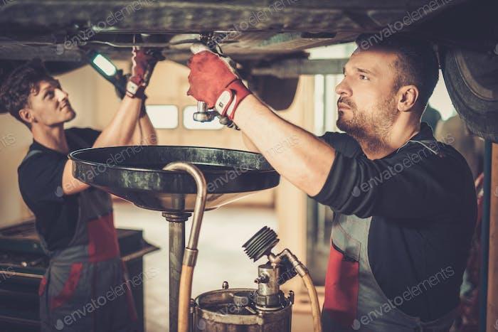 Professioneller Automechaniker Motorenöl im Automobil-Engi