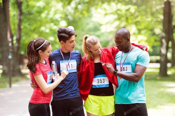 Gruppe von jungen fit Freunde glücklich nach dem Ziel Rennen.