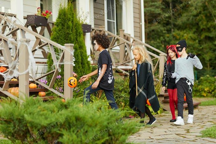 Kinder Trick oder Behandlung in der Nachbarschaft
