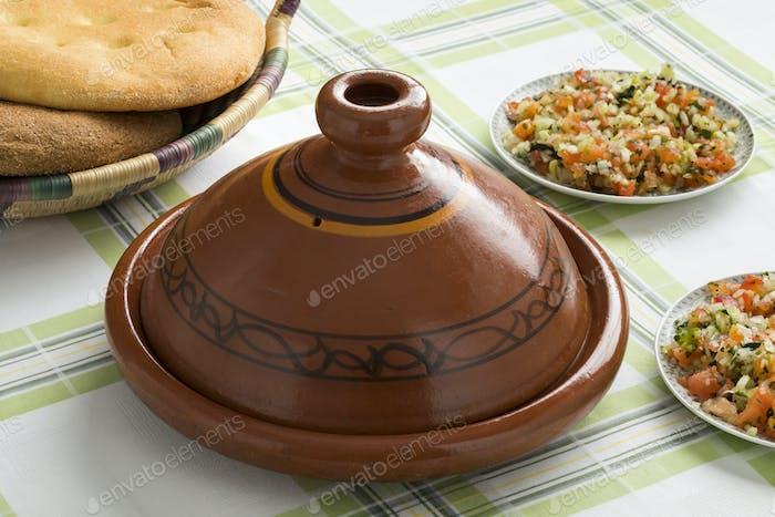 Traditionelle marokkanische Tajine mit Salat und Brot