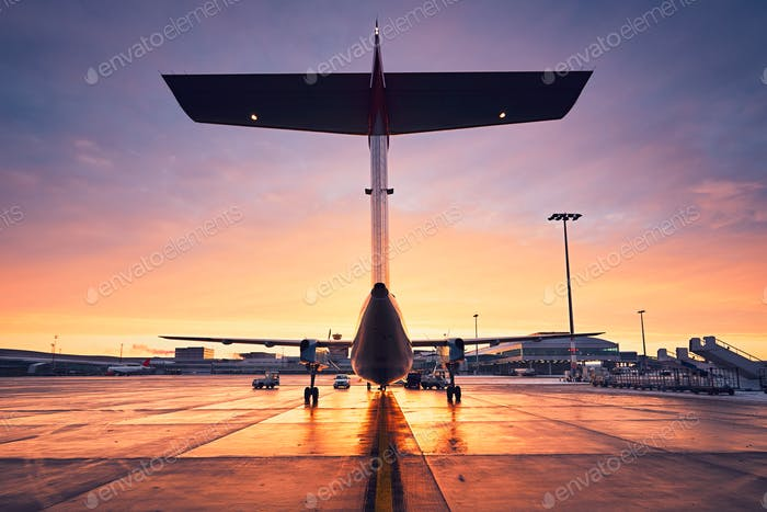 Flughafen bei Sonnenaufgang