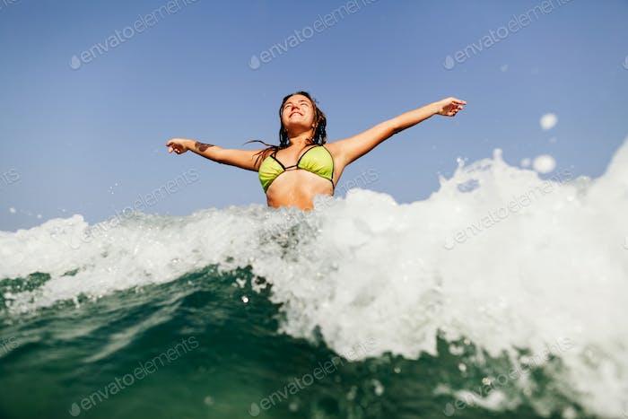 sexy Bikini Mädchen schwimmen Meer Wellen splash