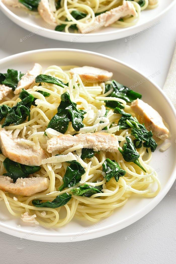 Spaghetti mit Spinatblättern, gegrillter Hähnchenbrust und Käse