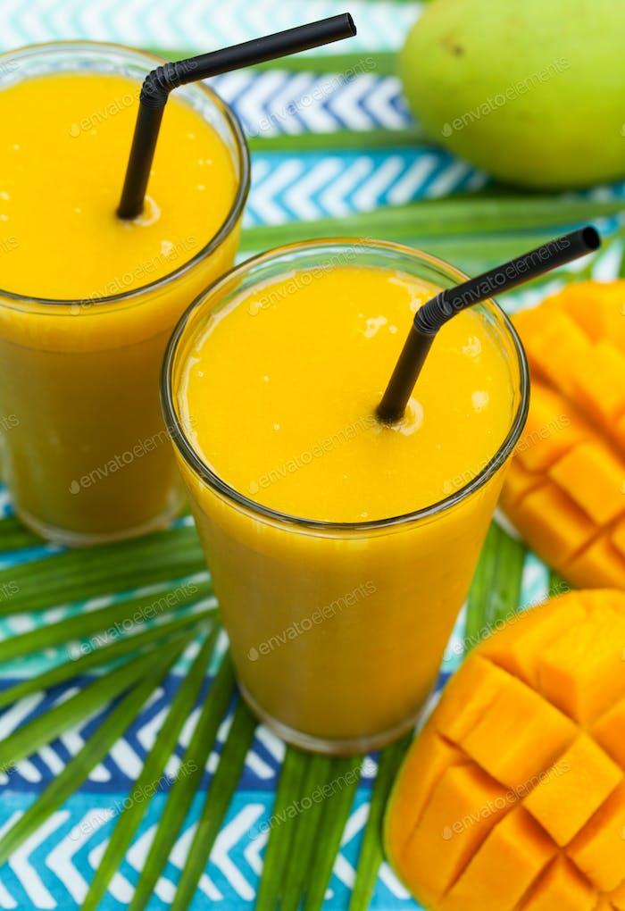Frische tropische Früchte Smoothie Mangosaft und frische Mango. Nahaufnahme