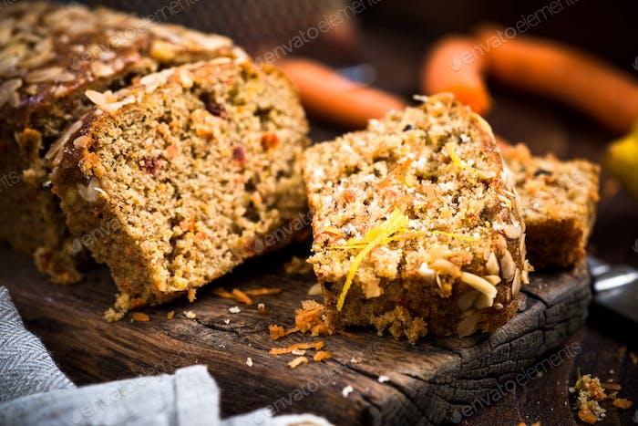 Karottenkuchen in Scheiben geschnitten auf Holz rustikalen Brett