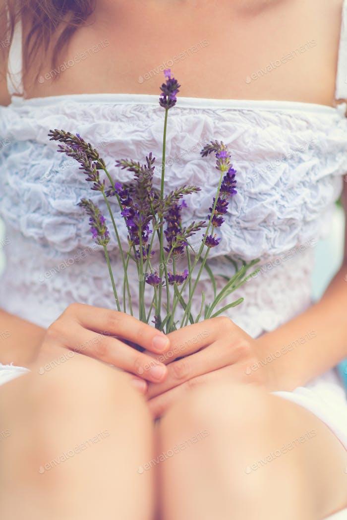 Женщина держит цветы