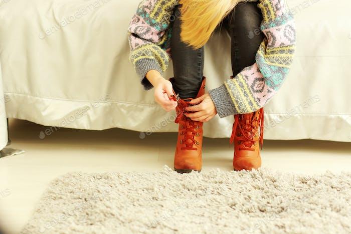 Frau ausziehen ihre Stiefel zu Hause