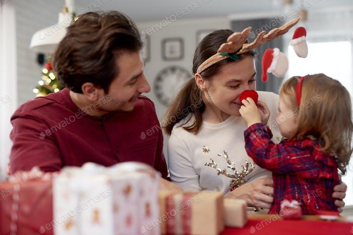 Familie, die Weihnachten zu Hause genießen