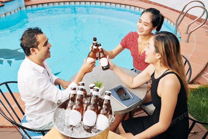 Freunde klingeln Bierflaschen
