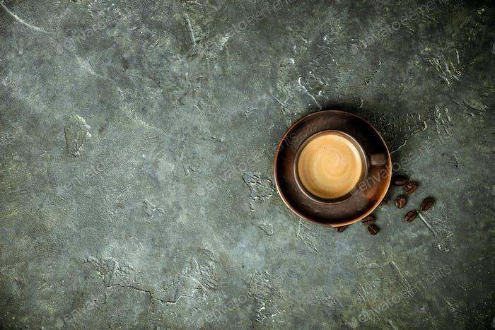 Tasse frischen Kaffee auf rustikalem Hintergrund