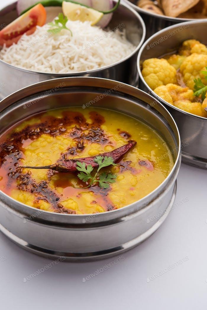 Indische Lunchbox oder Tiffin enthält Blumenkohl Masala, Dal Fry, Reis, Chapati und Salat